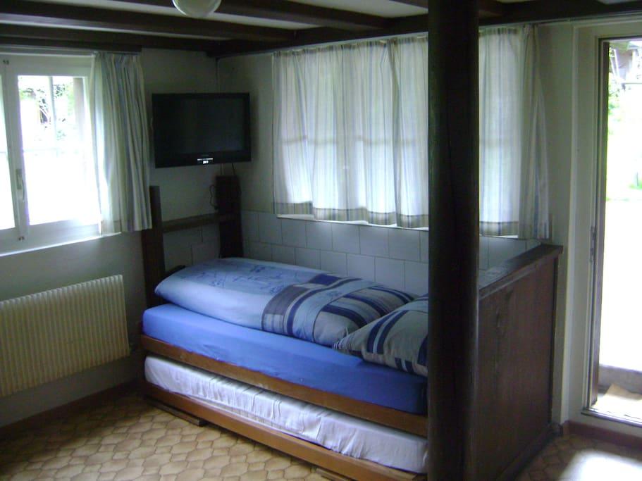 2 Betten mit Fernseher