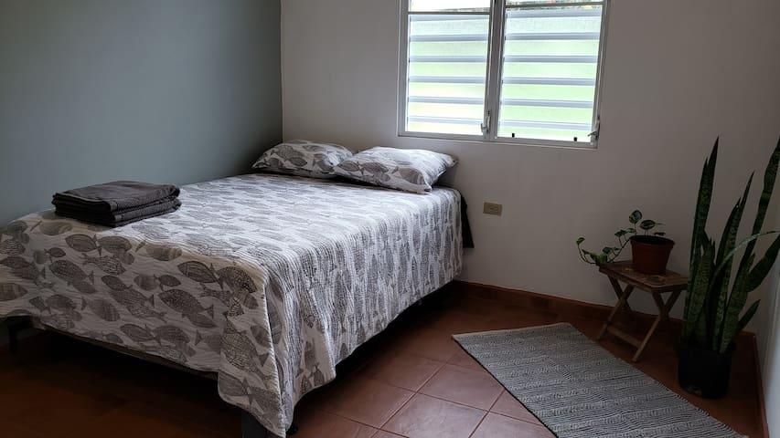Habitación con cama full. Room with full bed.