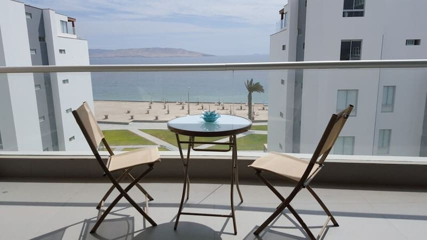 Balcon ideal para tomar desayuno o hacer parrilla.
