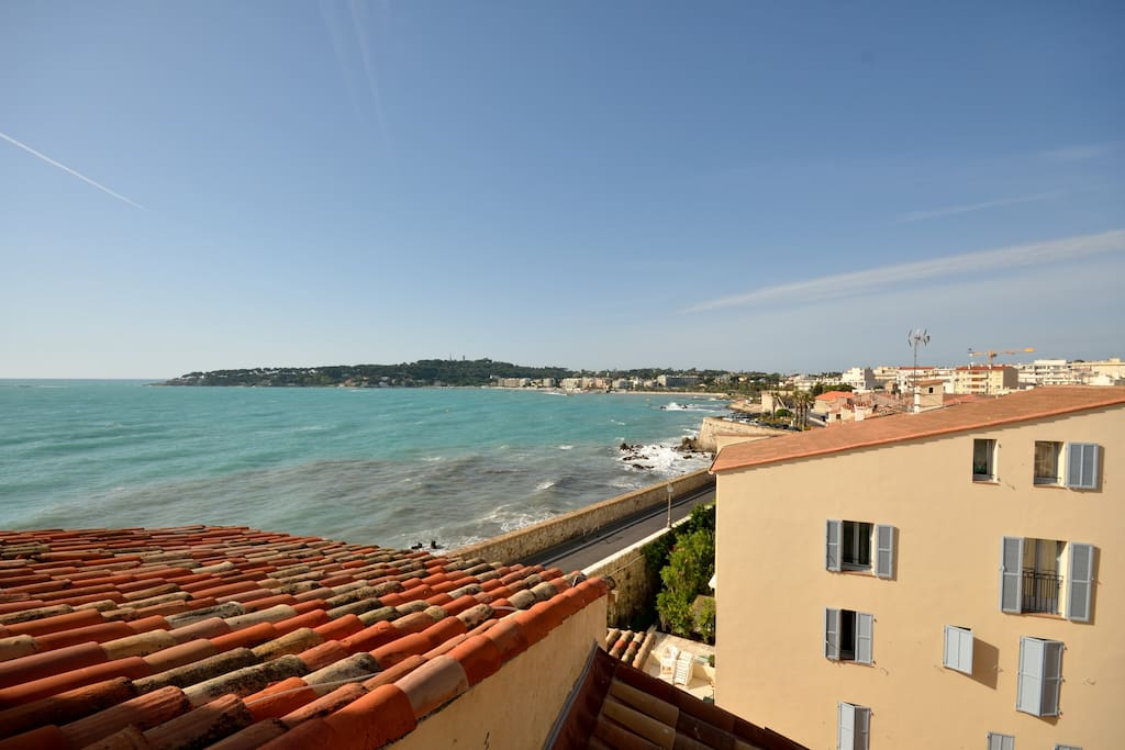 Sea view Cap d'Antibes from the balcony, kitchen and living room and the master bedroom.