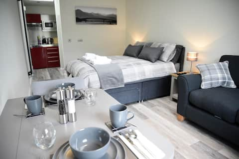 Piper's Hut - modern apartment, central Portree