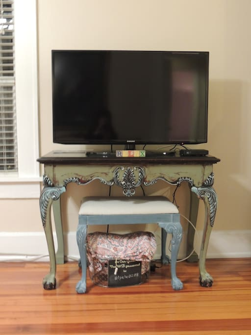 Flat screen tv with cable, Netflix & WiFi