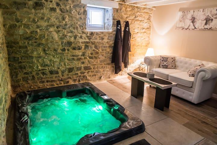 logement avec Jacuzzi privatif et piscine chauffée