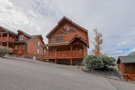 Mountain cabin w/ a private hot tub, game tables, & beautiful views!