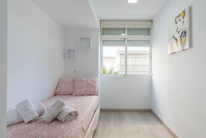 Dormitorio con camas de 90 cm. Hay posibilidad de desplegar otra cama de 90 cm