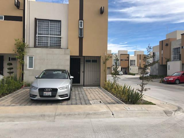 Fachada y estacionamiento
