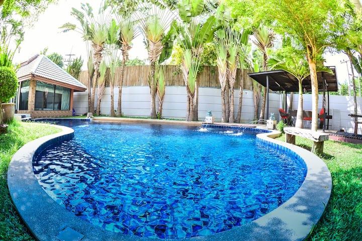 Villa 8 b/r private pool at beach (私人泳池別墅靠近海灘)