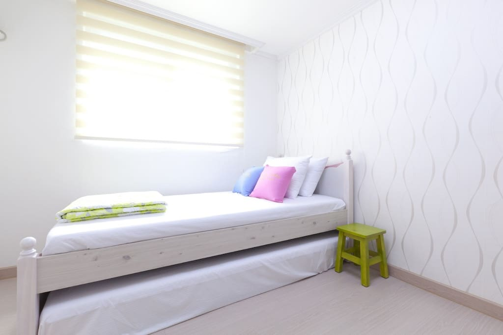 -. Single Room(1 Single bed + 1 single mattress for the additional 2nd guest+LED TV+Desk+Chair)