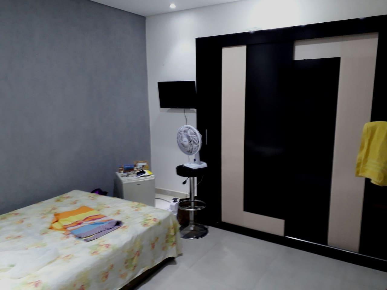 Quarto disponível para aluguel, com TV a cabo led,  frigobar, ventilador, cama box, guarda roupa, teto rebaixado com Gesso