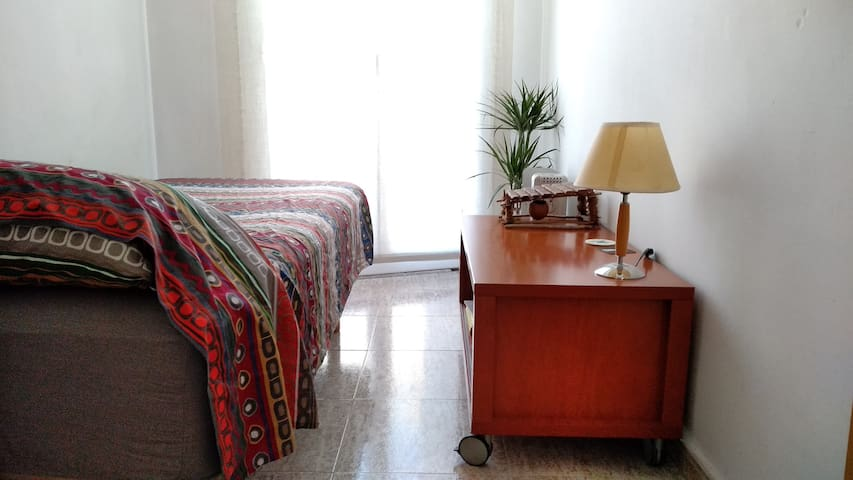 Confortable single room just besides Ramblas :)