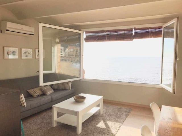 MIRALL_ Apartment with direct access to the beach