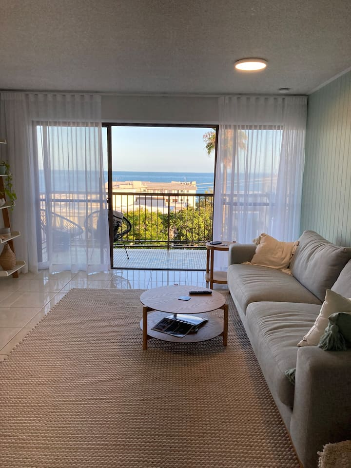 Ocean view,200m to beach & cafe,modern renovations