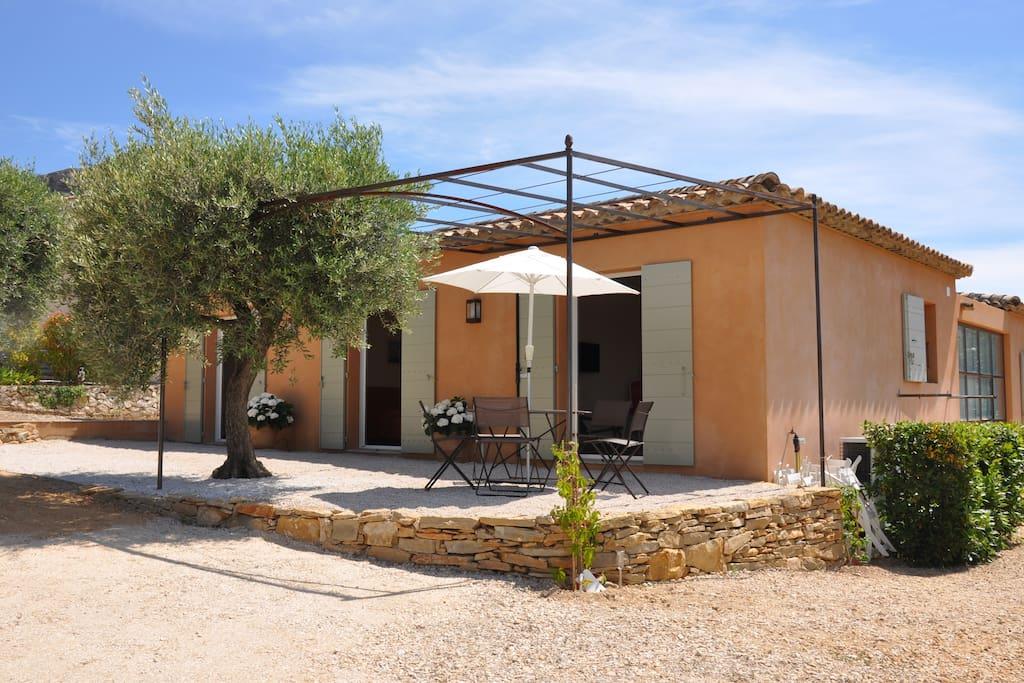 Maison avec terrasse au milieu des oliviers