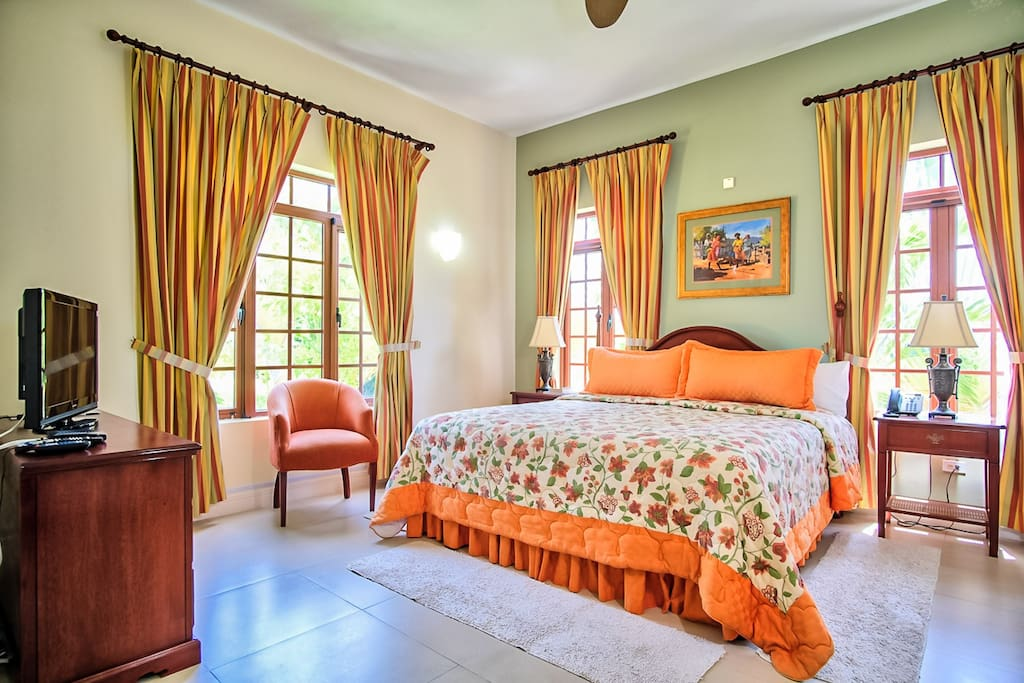 Bedroom 4 - Kingston: King size bed, Ensuite bathroom with shower/bathtub combo, Telephone, Cable TV, Safe, Hairdryer, Garden view