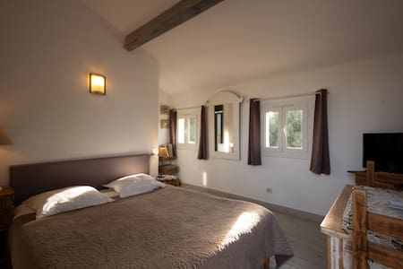 Tres agreable chambre avec vue mer et piscine
