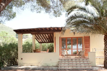 Peaceful and bright with big garden - Capoliveri