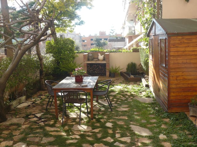 APARTMENT WITH PK AND GARDEN (15 'MOBILE W C)