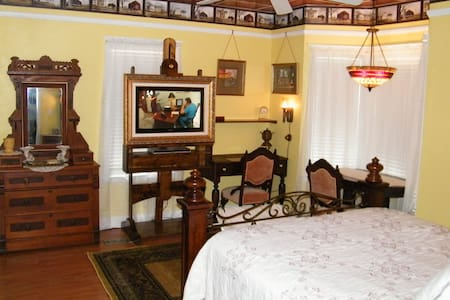Yellow Room at Book Nook Inn  - Bed & Breakfast