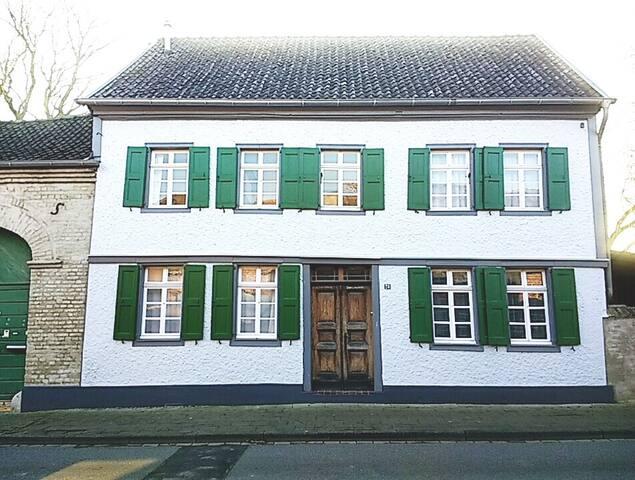 Komplettes Haus auf historischem Hof