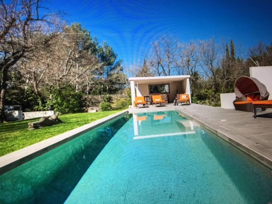 La piscine et son pool house