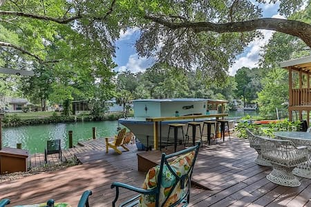 Welcome to the Weeki Wachee River Boathouse