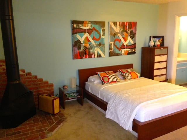 """Beach Bungalow"" - Studio Apartment - Huntington Beach - Dom"