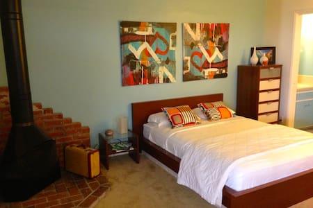 """Beach Bungalow"" - Studio Apartment - Huntington Beach - Casa"