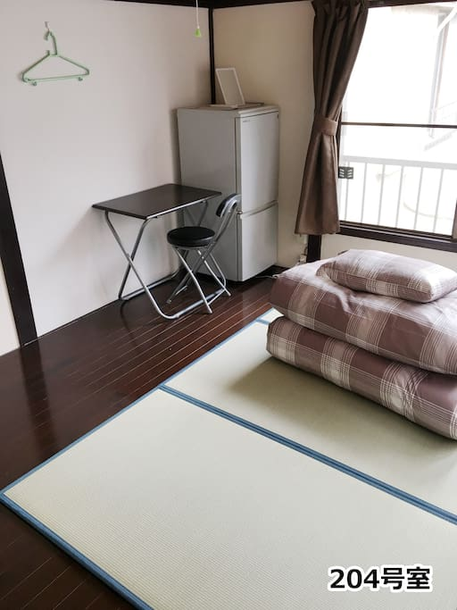 各部屋に窓が有り風が入り衛生的である。 There is a window in each room, wind enters and it is hygienic. 各部屋は鍵が有り個室である。 Each room has a key and is a private room.