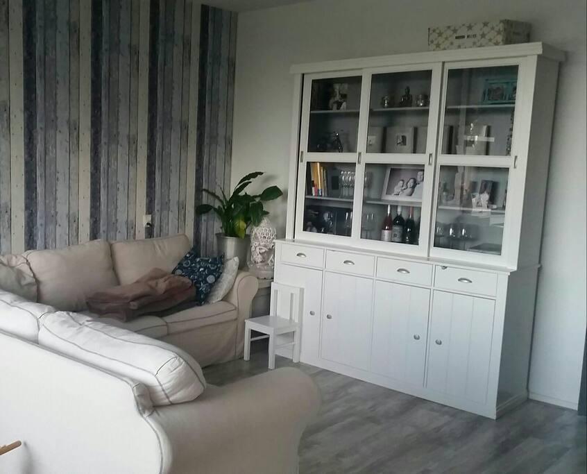Woonkamer met ruime sofa en flatscreen tv
