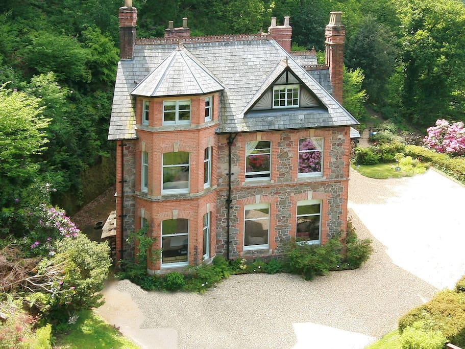 Glen Lodge stands in a stunning position with sea views, lush gardens and only a short walk to Porlock