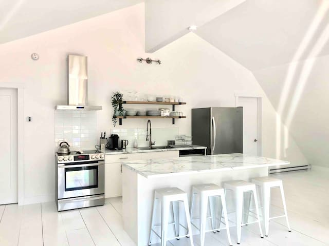 Very private and spacious loft in Sutton