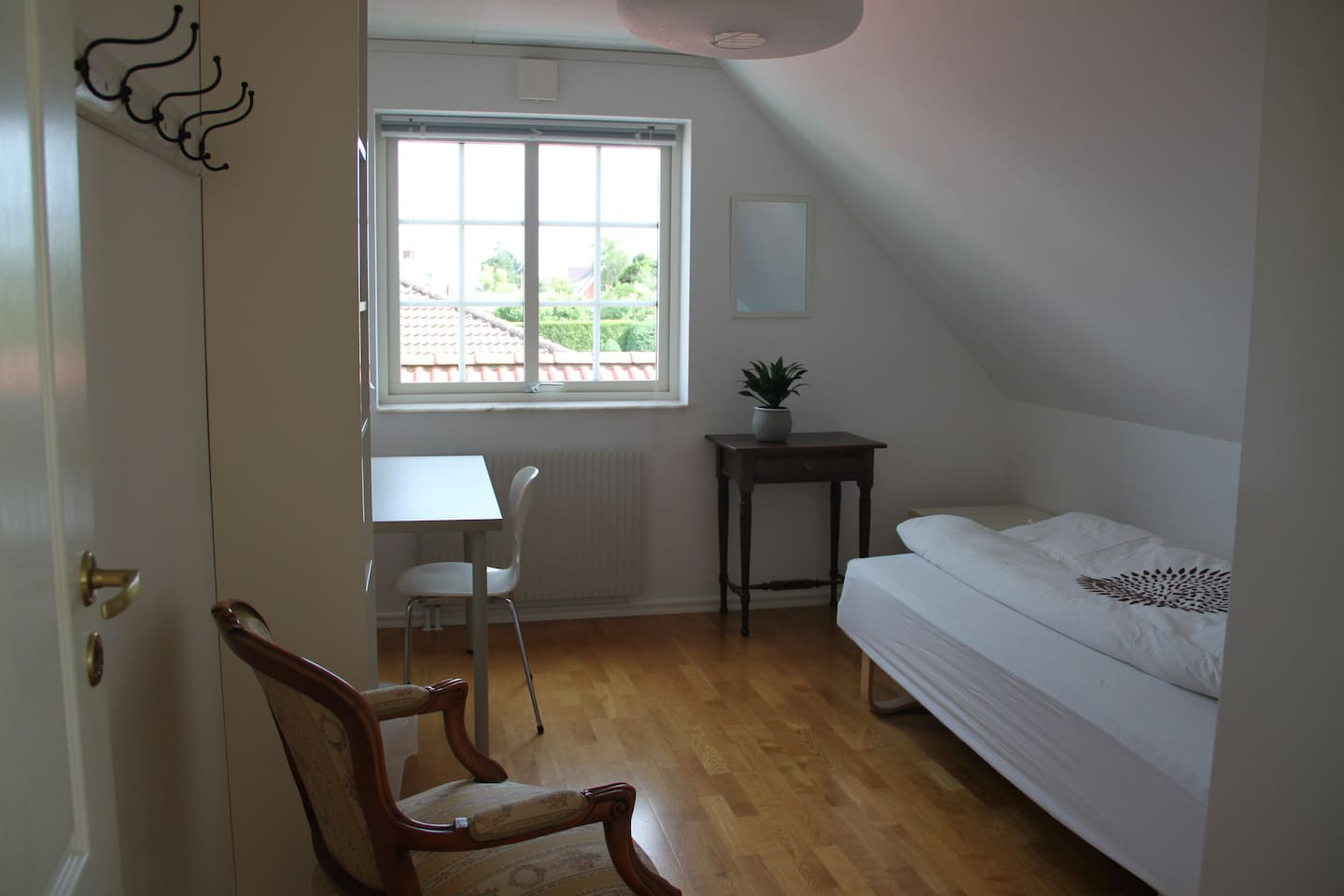 Private bright and quiet room, 12 m2, close to the beach