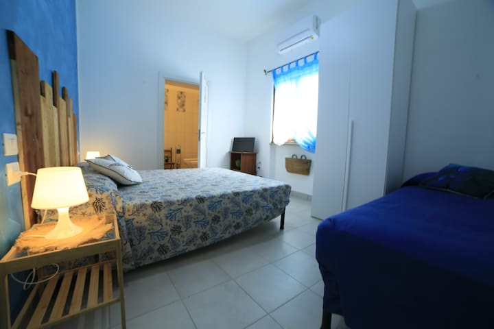 LIGHT BLUE room + private bathroom 7km to the sea