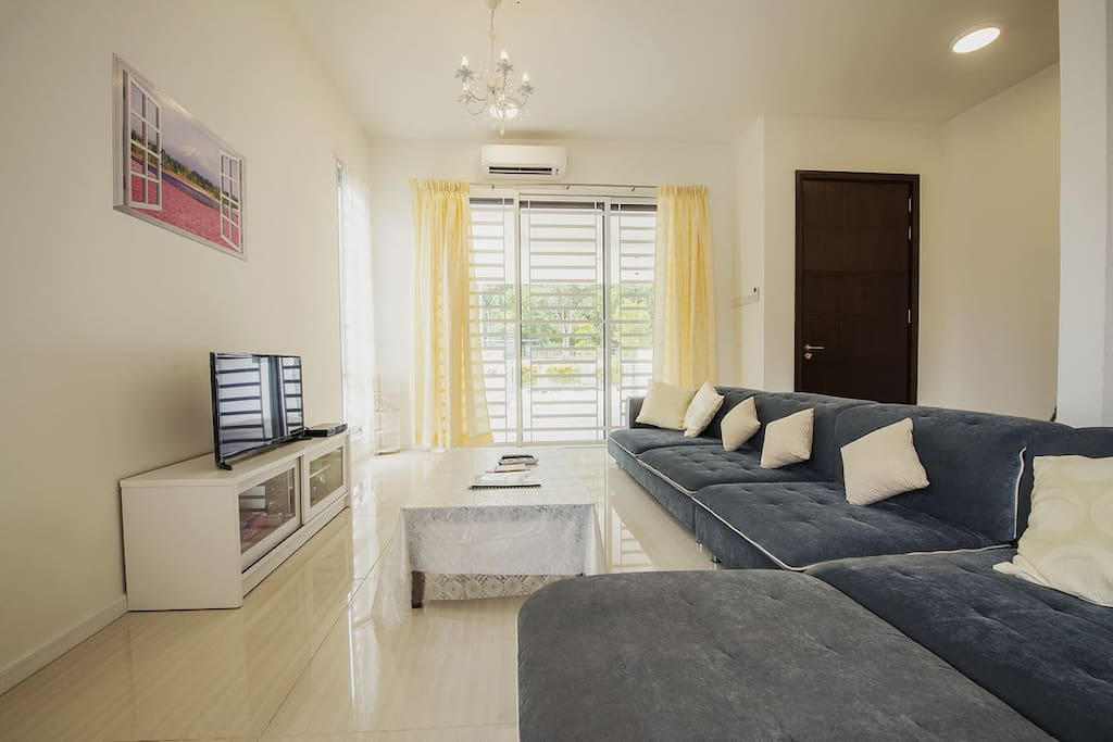 Spacious living hall with cosy sofa, 32in TV with Astro Njoi, aircon, ceiling fan, coffee table.