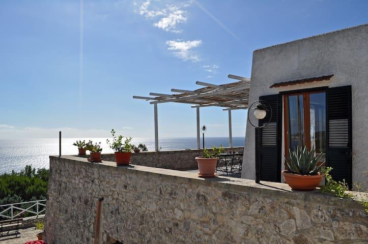 Villa en pierre en pleine nature avec vue surlamer