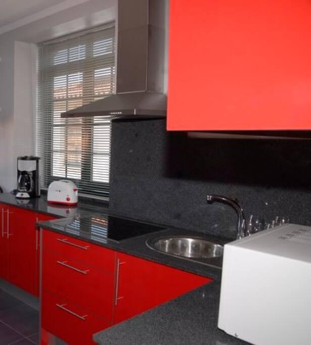 Cozinha equipada com móveis de alta qualidade
