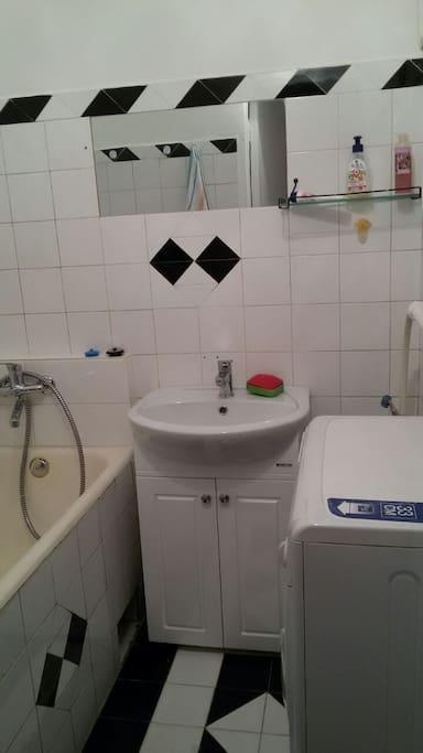 Ванная комната со стиральной машиной и сушилкой, фен