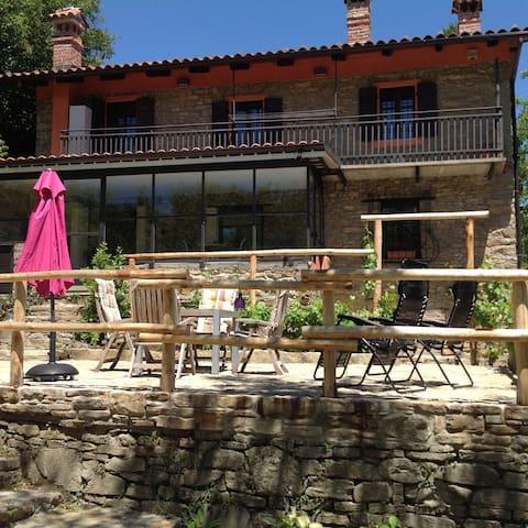 Prachtig gelegen Piemontees huis, 2 appartementen - Bossolasco - Byt