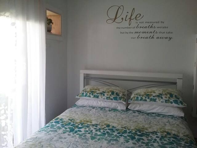 Aircon. Queen room at Burrendah Rest . Bris/GCoast
