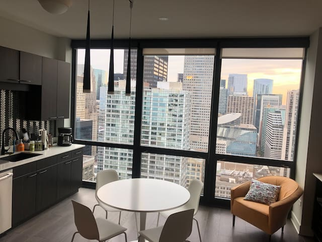 Modern Studio Apt in Iconic Loop Neighborhood
