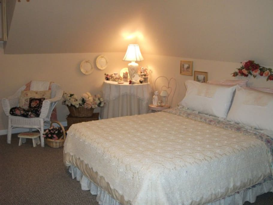 """This Is A Queen size Bed With 4"""" Memory Foam Mattress Cover & Very Soft 500ct Sheets, Great Pillows........"""