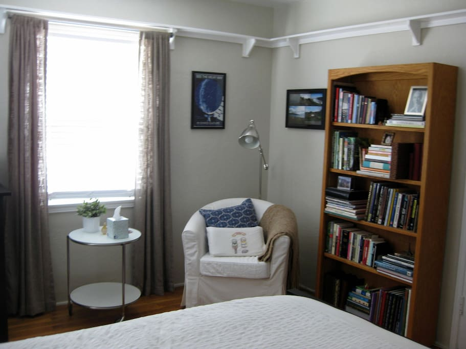 Guest room reading nook