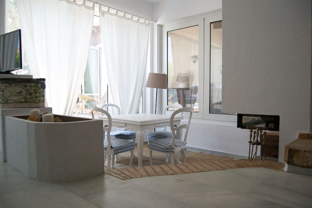 Area de juego con mesa con tapete