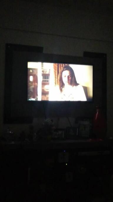 """Televisão 51"""" 3d com Xbox e TV fechada com mais de 200 canais."""