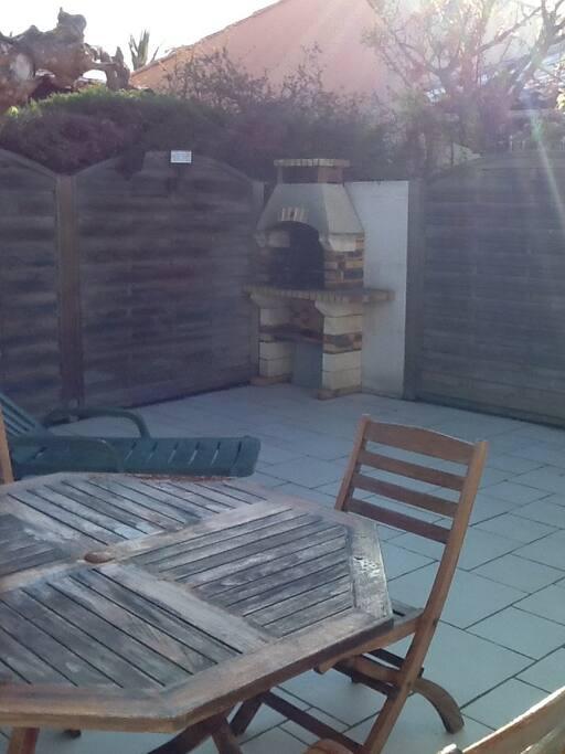 Terrasse spacieuse avec barbecue