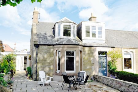 Beautiful beachside cottage - Dundee