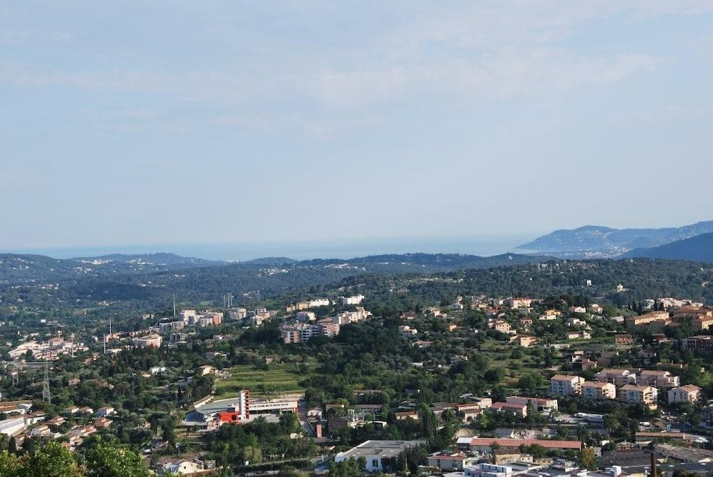 Vue de la terrasse sur l'Esterel et la baie de Cannes