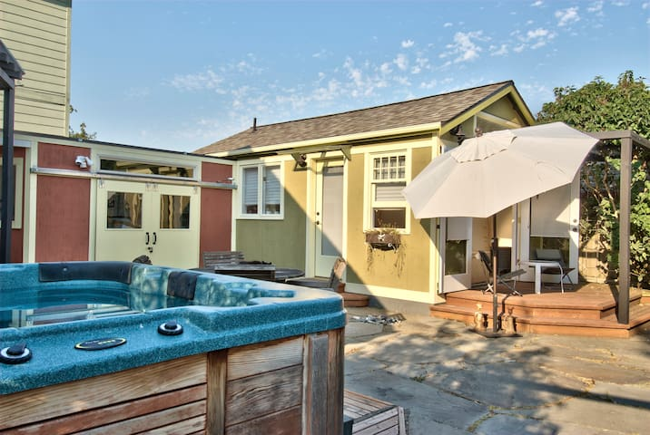 Relaxing Garden Cottage w/ Hot Tub! - Seattle - Bungalou