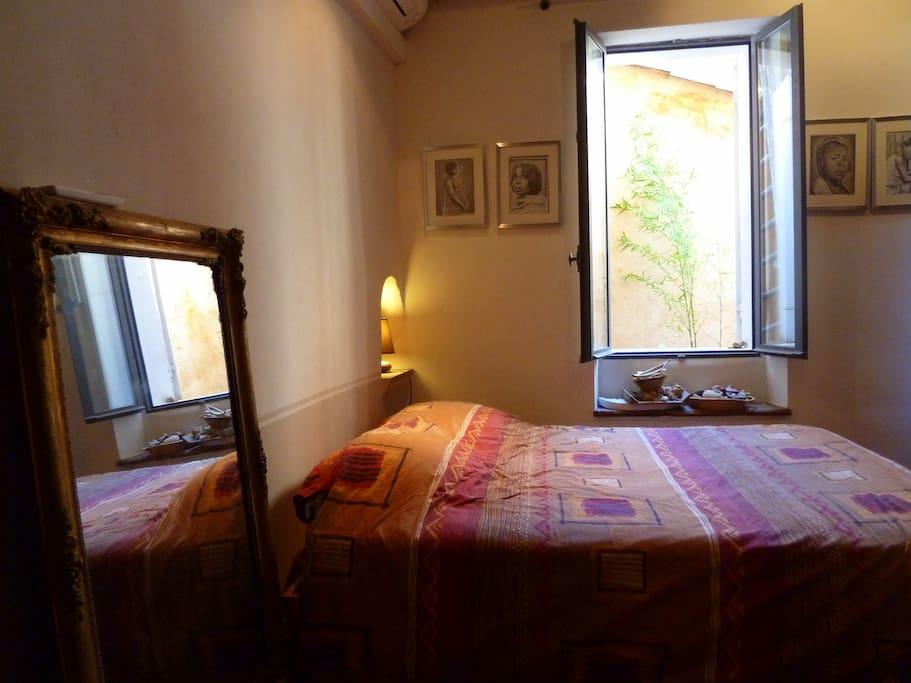 chambre lit 2 places donnant sur une petite terrasse