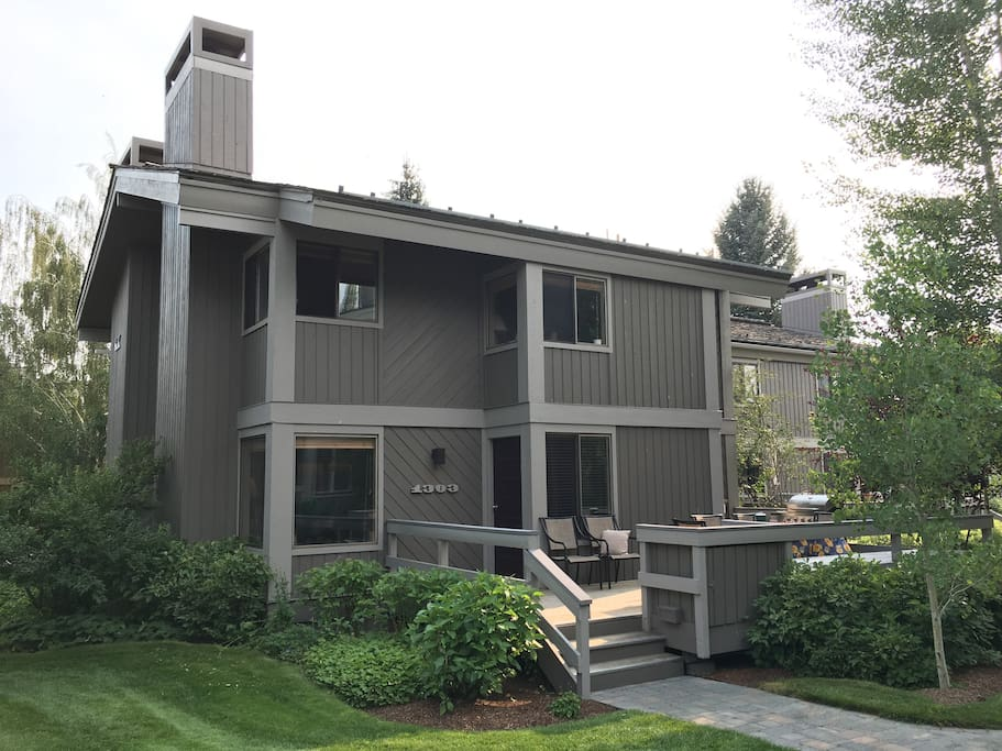 Built in the early 1970s, the New Villagers is the most pleasant development in the Sun Valley area, with a prime location next to the Sun Valley Village and amenities. Everything you need is a short walk or bike ride away.